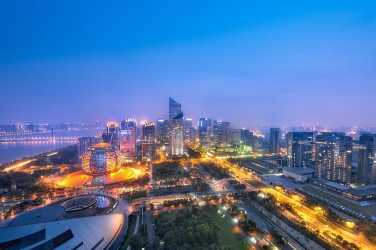 这座城市一年GDP一万两千亿,有超过10万富豪,却不是北上广