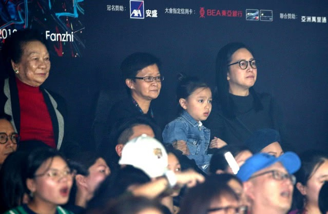 刘德华演唱会连场举行:妻子举起双手鼓掌,女儿刘向惠现场撒娇