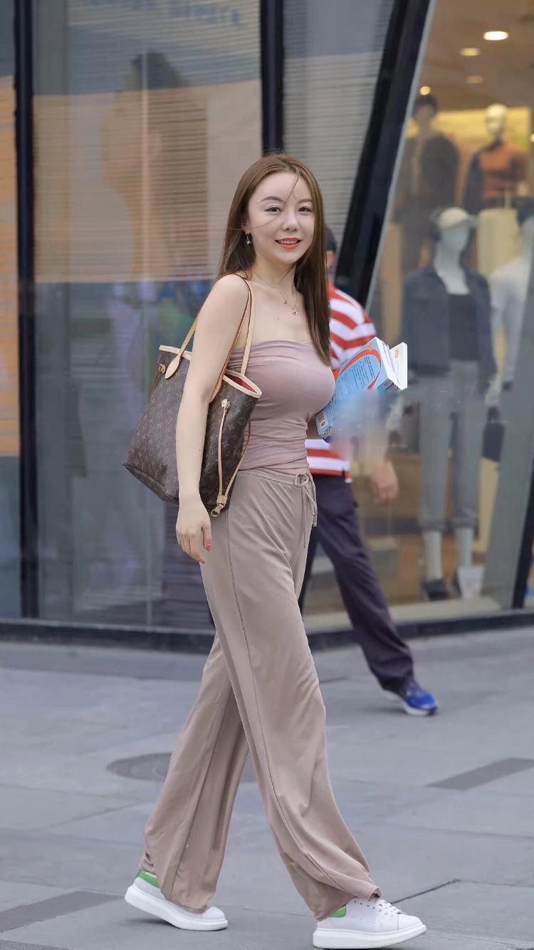 看小姐的逼水得到_时尚街拍:迷人的小姐姐,气质独特,让人看一眼就会无法