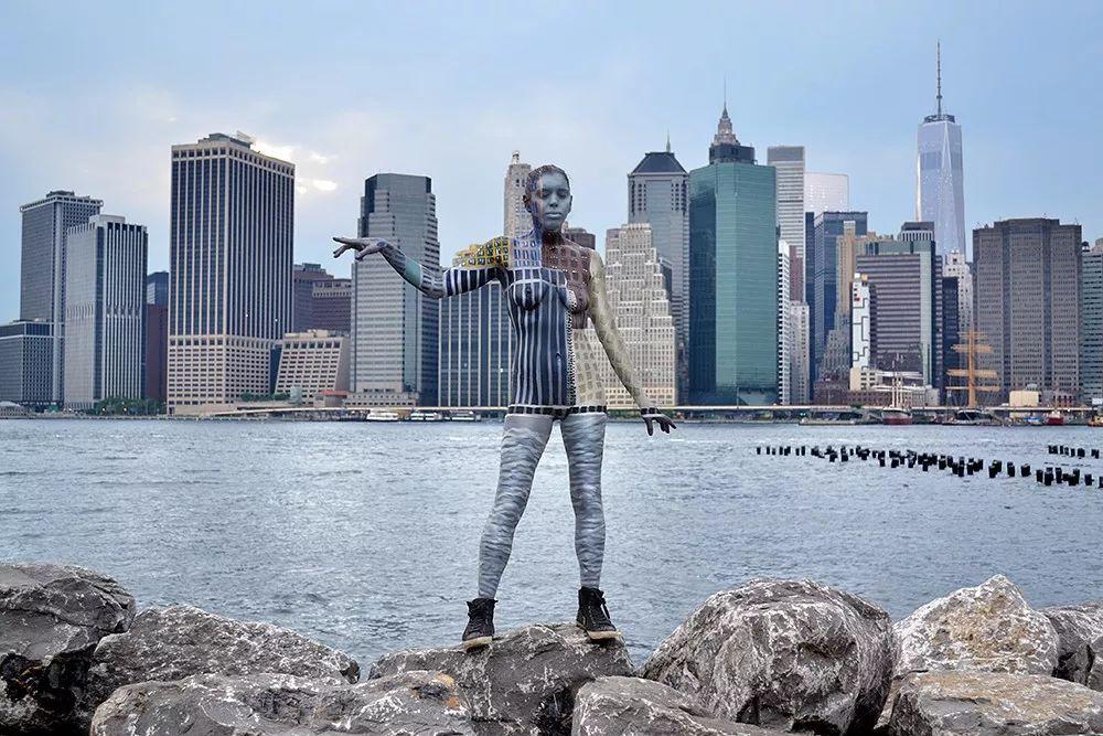 欧美人体艺术写着_人体艺术的最高境界,她没穿衣服,但你却看不见她!