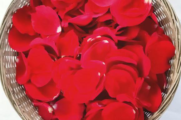 用玫瑰花制作口红,颜色效果超正的,不输大牌口红