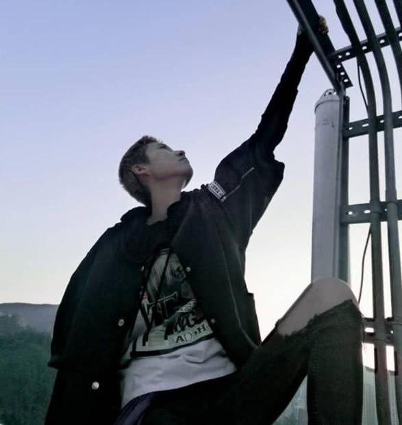 吴卓林仍旧迷失自我,和妻子在楼顶拍个性照,打扮越来越叛逆