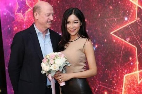 NBA主播嫁给50岁美国总裁晋文公守信得原卫后息影,初恋夫妇终止拍摄,如今37岁单身直言:想嫁中国暖