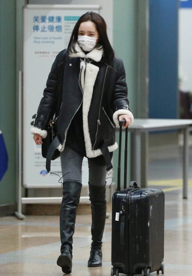 黑色长筒靴搭配_李沁的气质满分,厚重的机车外套都能穿得这么治愈,好美!_黑色