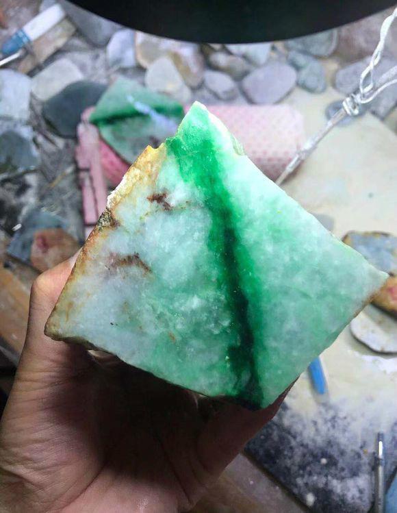 就凭这一股色带子,这块翡翠原石就切一堆满绿牌子,涨发了!