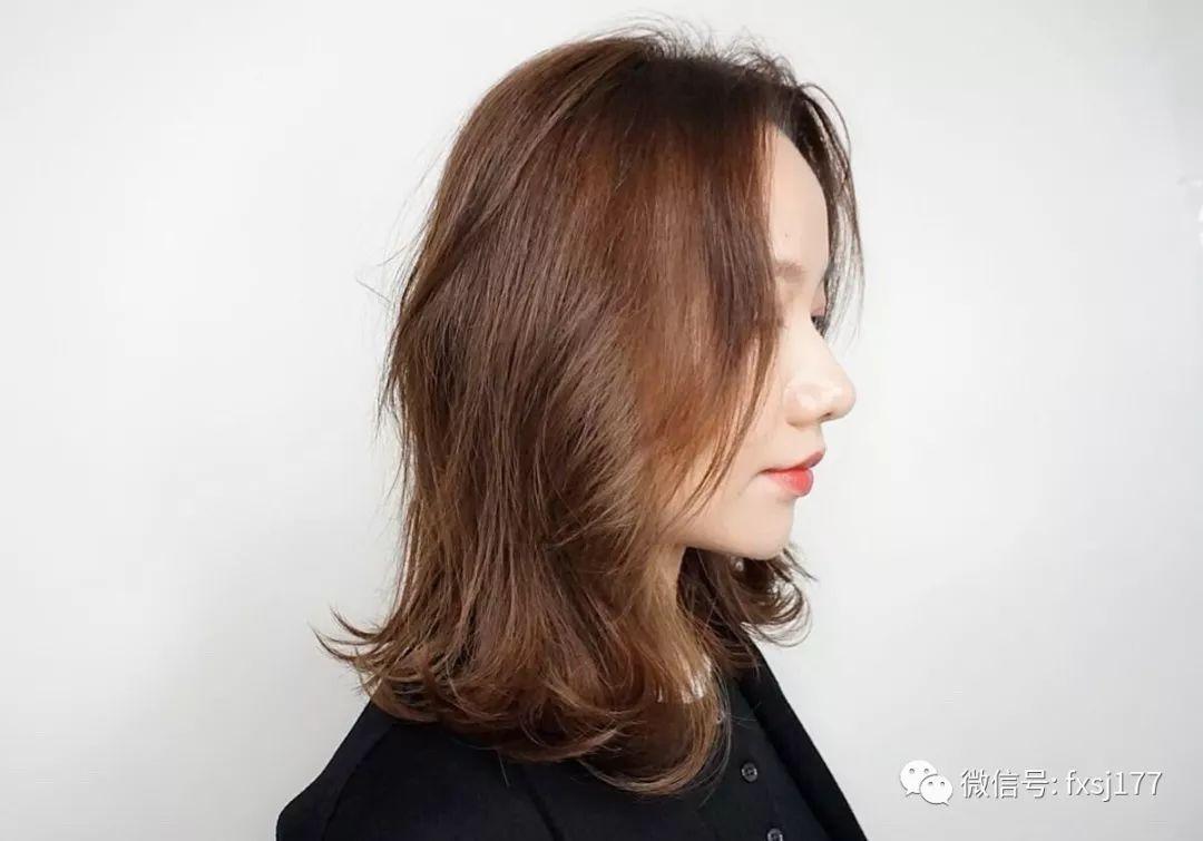 长发的妹子虽然不用担心发型的形状问题,但是黑长直或者烫小卷发其实
