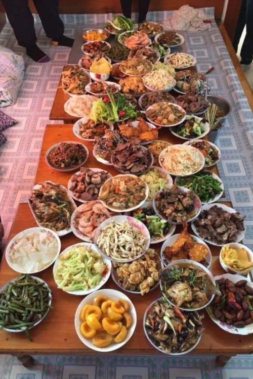 20年以前的年夜饭照片年味浓,相比如今的年夜饭,年味去哪儿了? 作者: 来源于:旅程奇闻