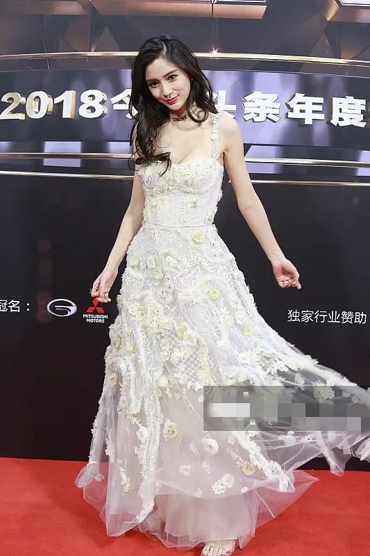 本以为杨颖穿花朵裙已经够美了,看到王丽坤,才明白啥叫超凡脱俗