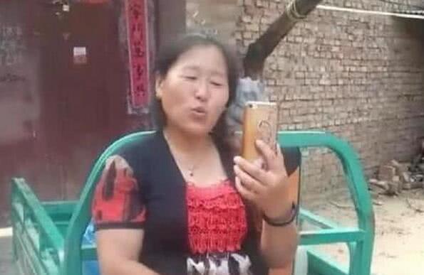 大衣哥朱之文成名后带红妻子,每天化妆直播穿着小毛驴登台赚钱!