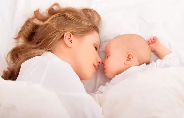 爸爸妈妈和宝宝_从宝宝的睡姿就能看出来,宝宝是更爱妈妈还是爸爸!_父母