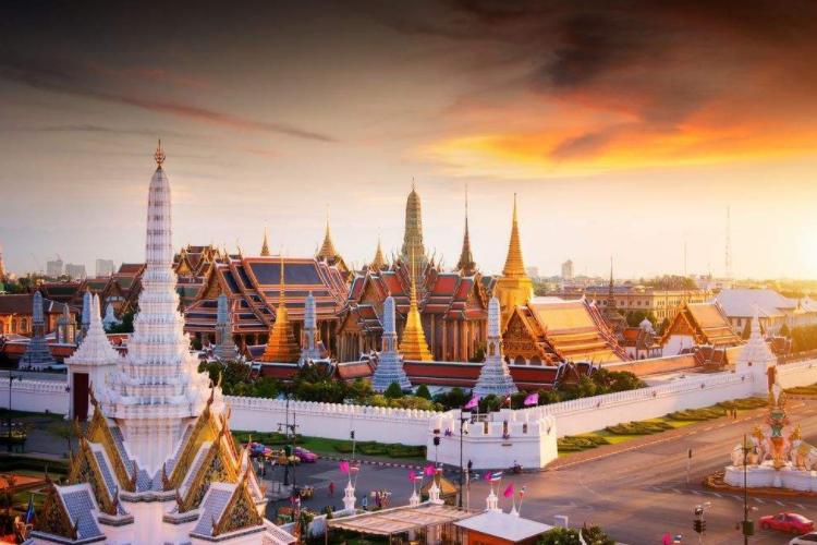 泰国官方奖励第1千万位中国游客,奖品拿到手软,堪称中国锦鲤