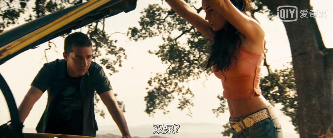 《变形金刚》经典剧照:女主在看大黄蜂,男主在看腰