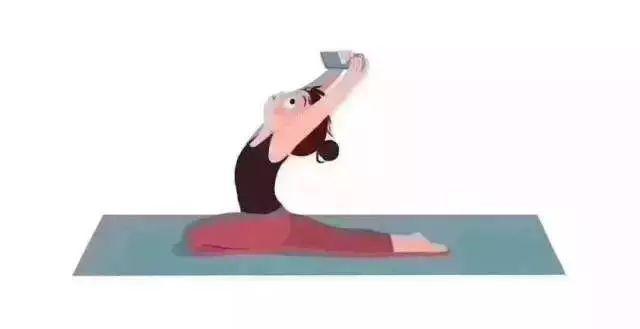 趴在床上看手机 时间久了肩膀痛 换成瑜伽狮子式 延展脊柱,避免肩颈图片