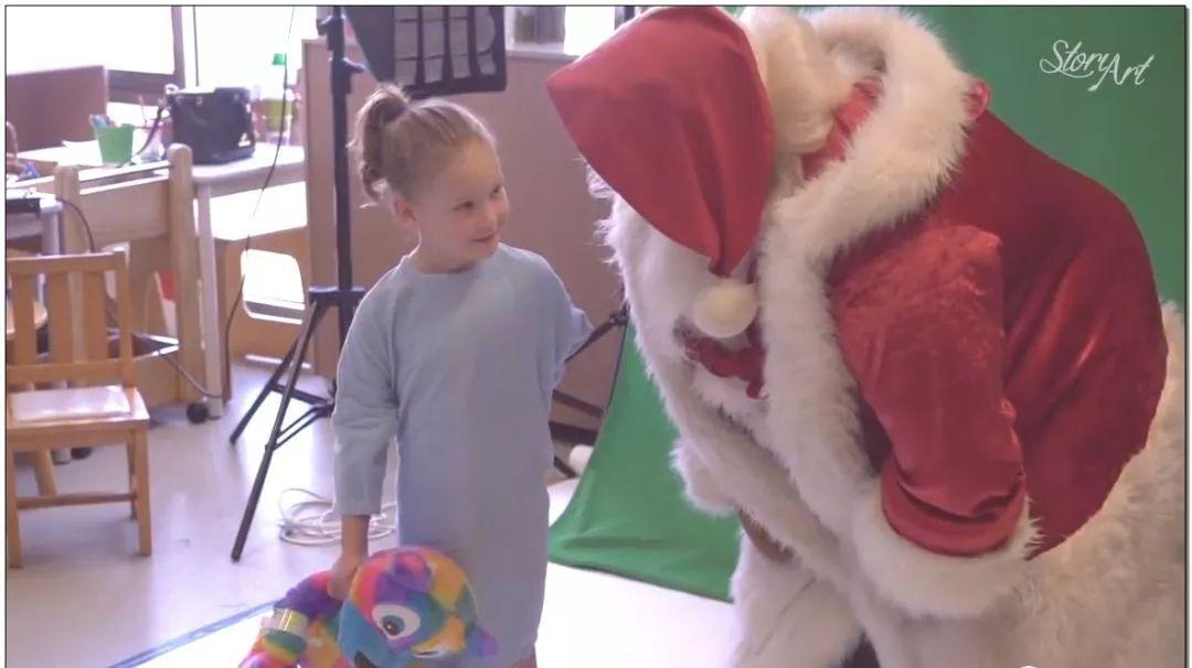 水瓶和监护仪由圣诞老人抱着拍照.-暖哭 他们为孩子们拍下人生中