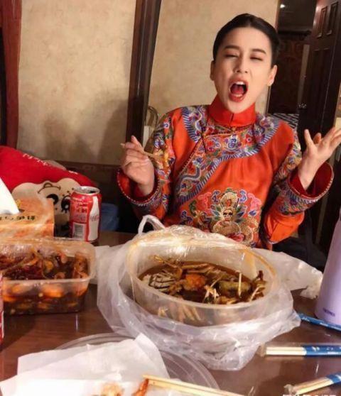 黄圣依大吃香辣蟹辣成表情包老公视角下毫无偶像包袱