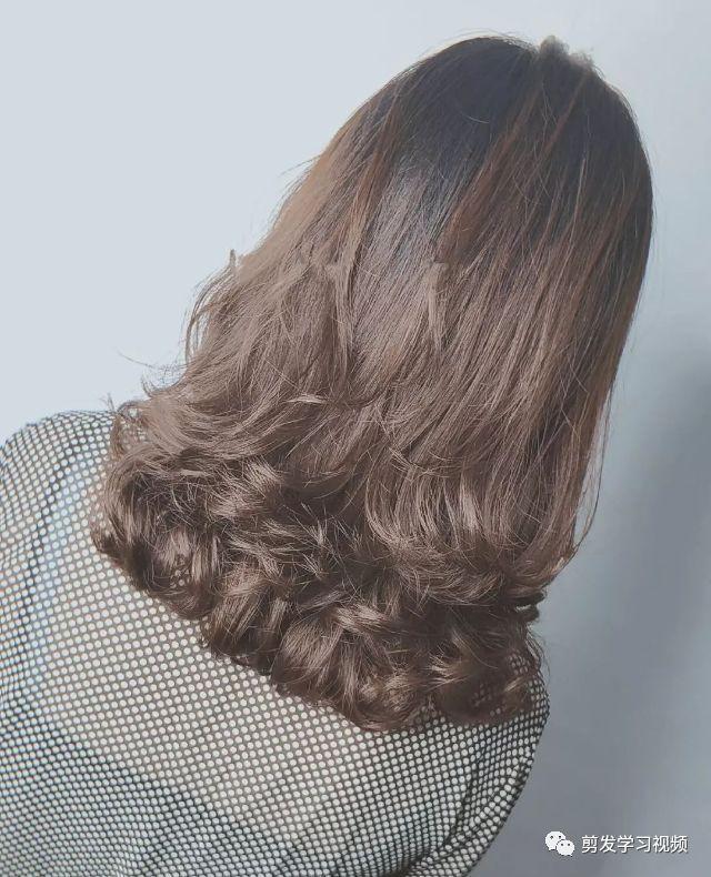 选择一半部分进行烫卷,2019年也是很流行的烫发之一,好啦.图片