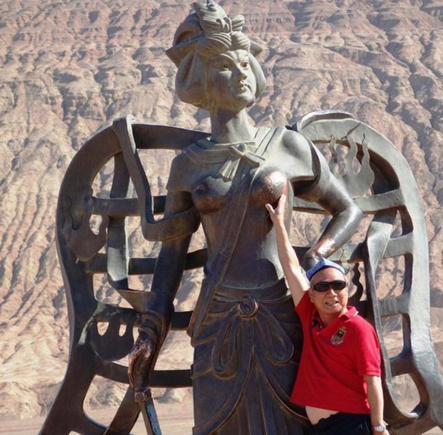 """这些雕像关键部位被游客搞得""""衣不遮体"""",网友:你们还能再不要脸一点吗?"""