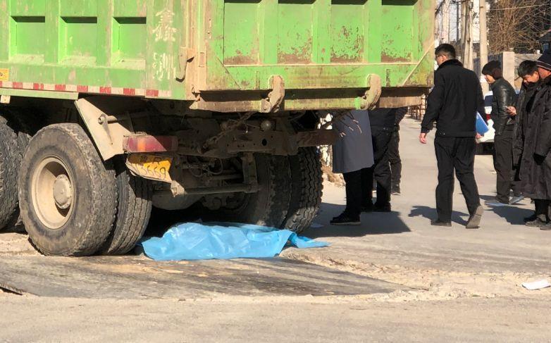 菏泽一渣土车与电动二轮车相撞 1大人和1孩子身亡(图5)