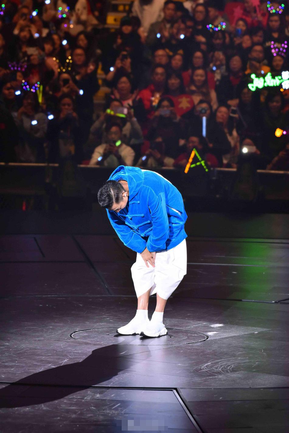 躹�k_刘德华演唱会中途取消失声落泪 双手合十鞠躬道歉