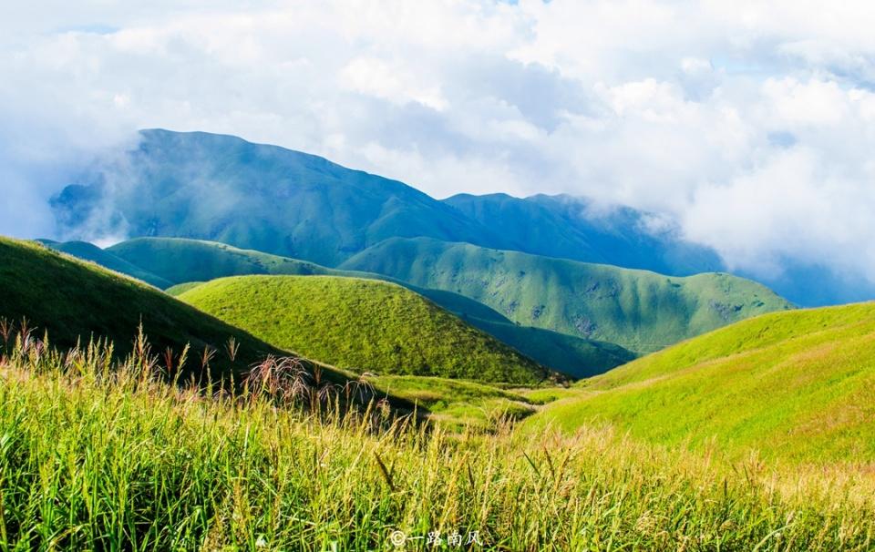 江西有座奇特山峰,春夏像草原,光芒被三清山庐山掩盖而少人知!