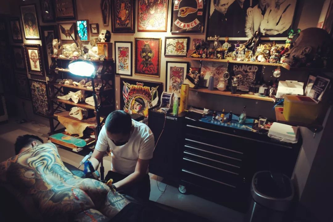 old school 风格在纹身圈内数一数二,每年从全世界飞到北京找他纹身的
