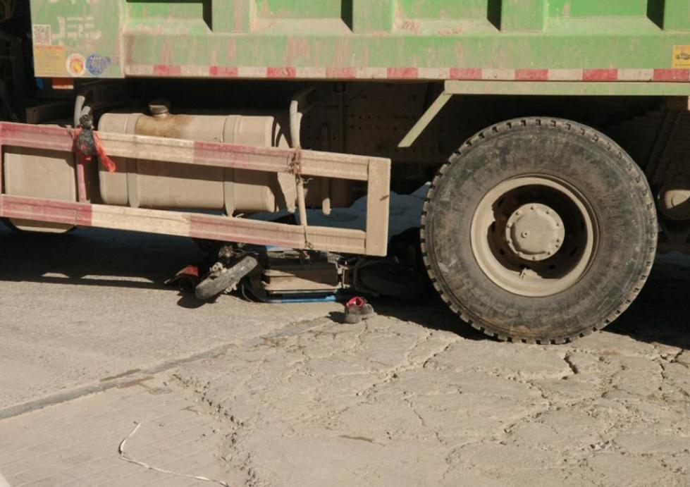 菏泽一渣土车与电动二轮车相撞 1大人和1孩子身亡(图2)
