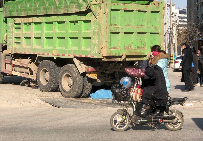 菏泽一渣土车与电动二轮车相撞 1大人和1孩子身亡(图8)