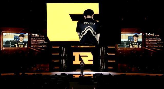 RNG六周年庆典姿态现场宣布退役 舞台上泪流满面