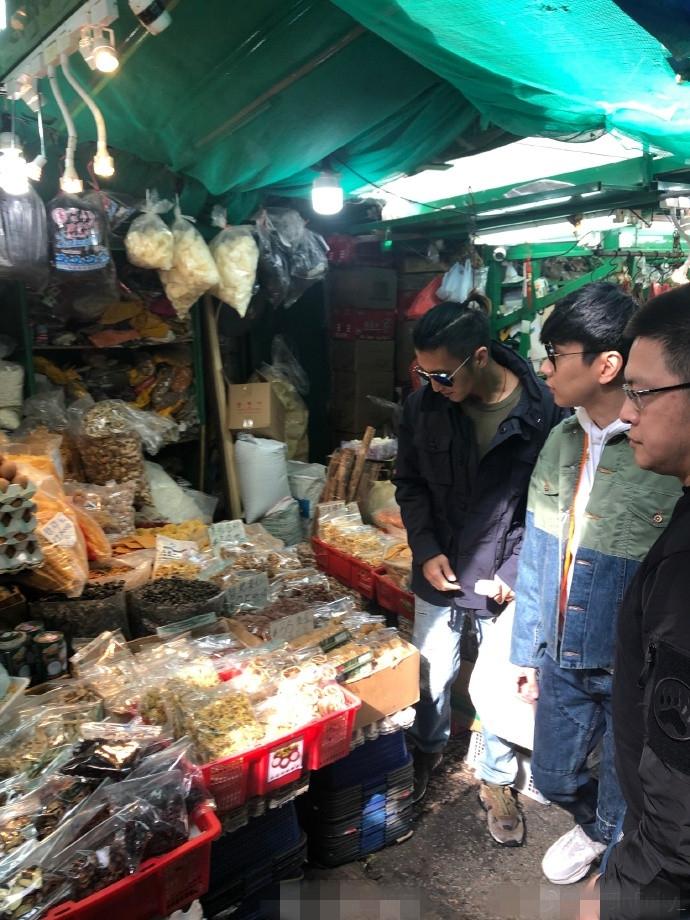 网友偶遇谢霆锋林俊杰逛菜市场 墨镜遮面酷帅有型