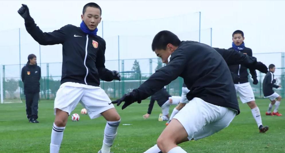 河北华夏冬训正视糊口技术,小球员变身叠被好手