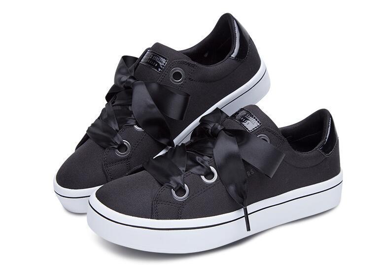 板鞋鞋带系法大全   1.将鞋带头由底部(灰色部分)自上而下平直穿入最底端的两个鞋孔.