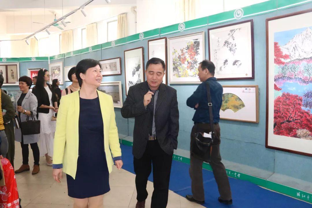 阳江一中_会后与会代表参观了阳江一中艺术展厅,老师们即席挥毫,并合影留念.