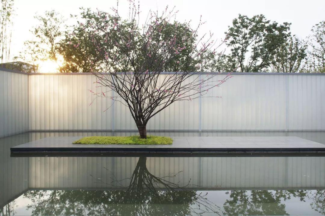 水景的打造运用了跌瀑,涌泉,镜面等多种表现形式;并依照六大名泉的图片