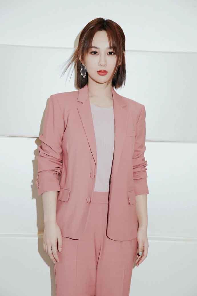 女艺人杨紫粉色西装温柔帅气写真