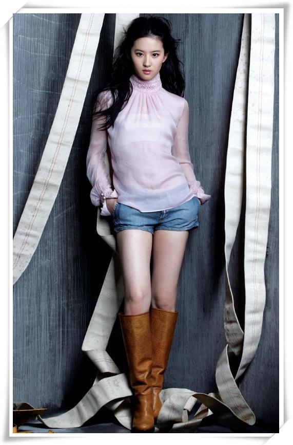 劉亦菲夠牛!雪紡衫還能配運動褲,網友:比我閃光還接地氣! 形象穿搭 第7張