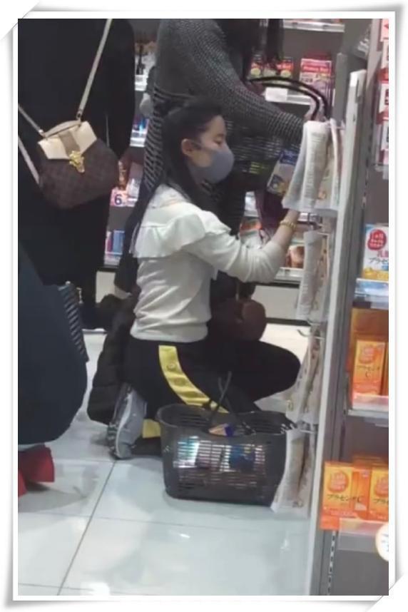 劉亦菲夠牛!雪紡衫還能配運動褲,網友:比我閃光還接地氣! 形象穿搭 第1張