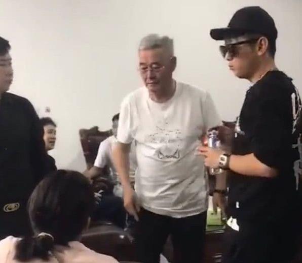 """61岁赵本山近照变化大?头发全白老态尽显,""""啤酒肚""""有点过分"""