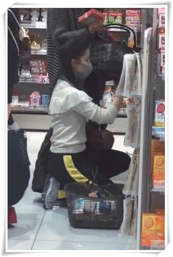 劉亦菲夠牛!雪紡衫還能配運動褲,網友:比我閃光還接地氣! 形象穿搭 第3張