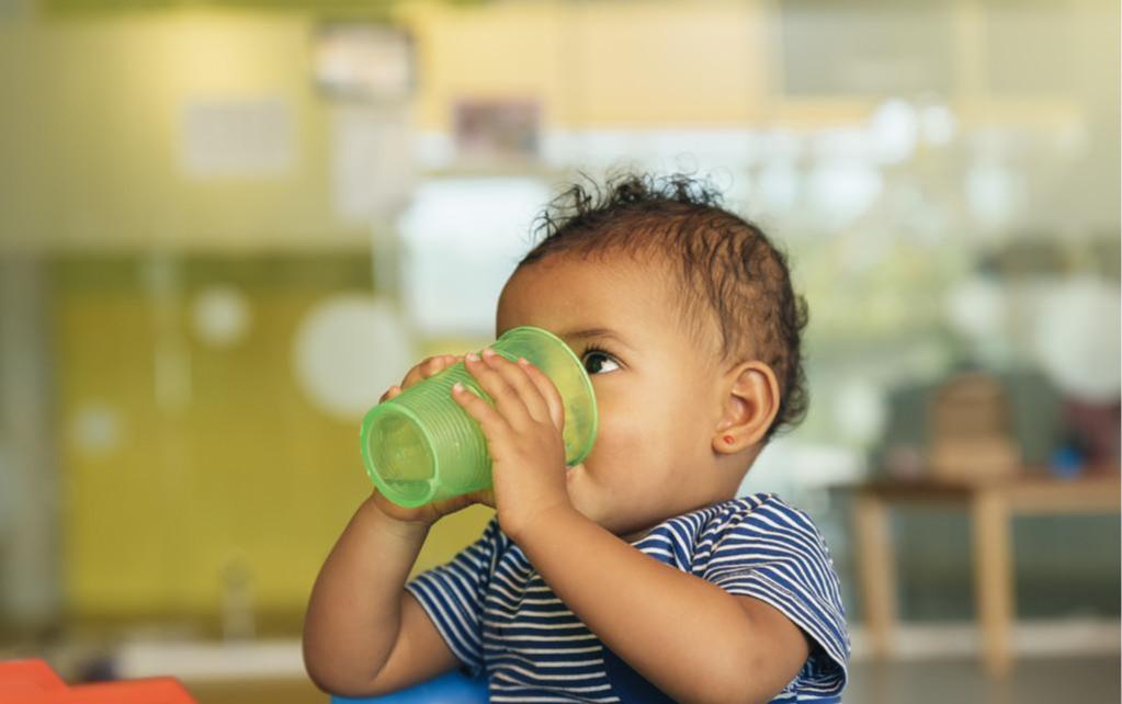 新生儿出生后先喝奶还是水?喝错影响发育,母乳少的妈妈别做错