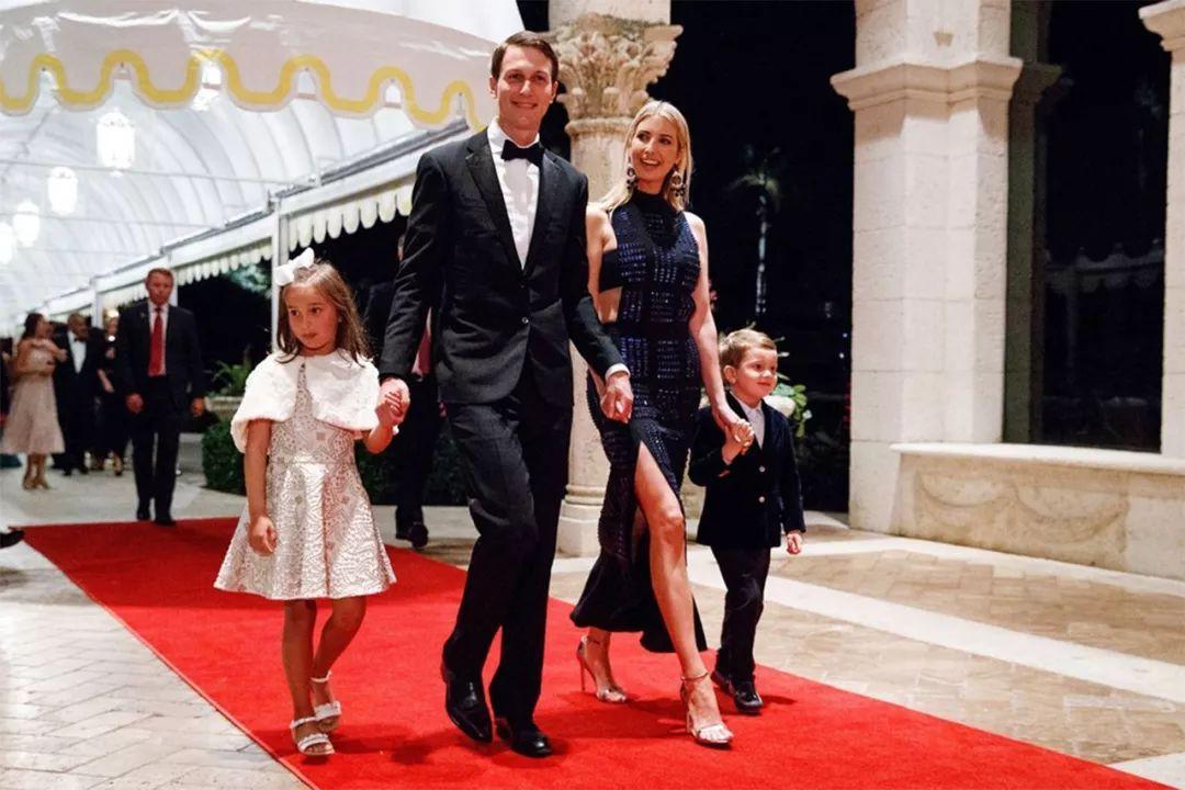 伊萬卡身穿高領開叉「旗袍」,兩邊設計非常大膽,不愧是時尚女王