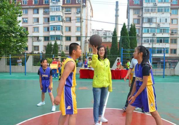 篮球运动的诞生和发展始终与校园的发展相随,有强烈的教育作用!