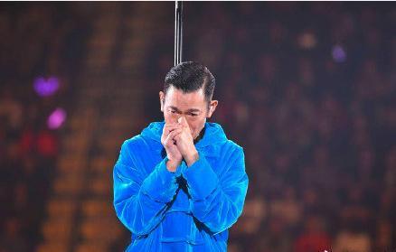 被打耳光也不妥協,因為愧對粉絲卻哭得像個孩子,所以他是劉德華