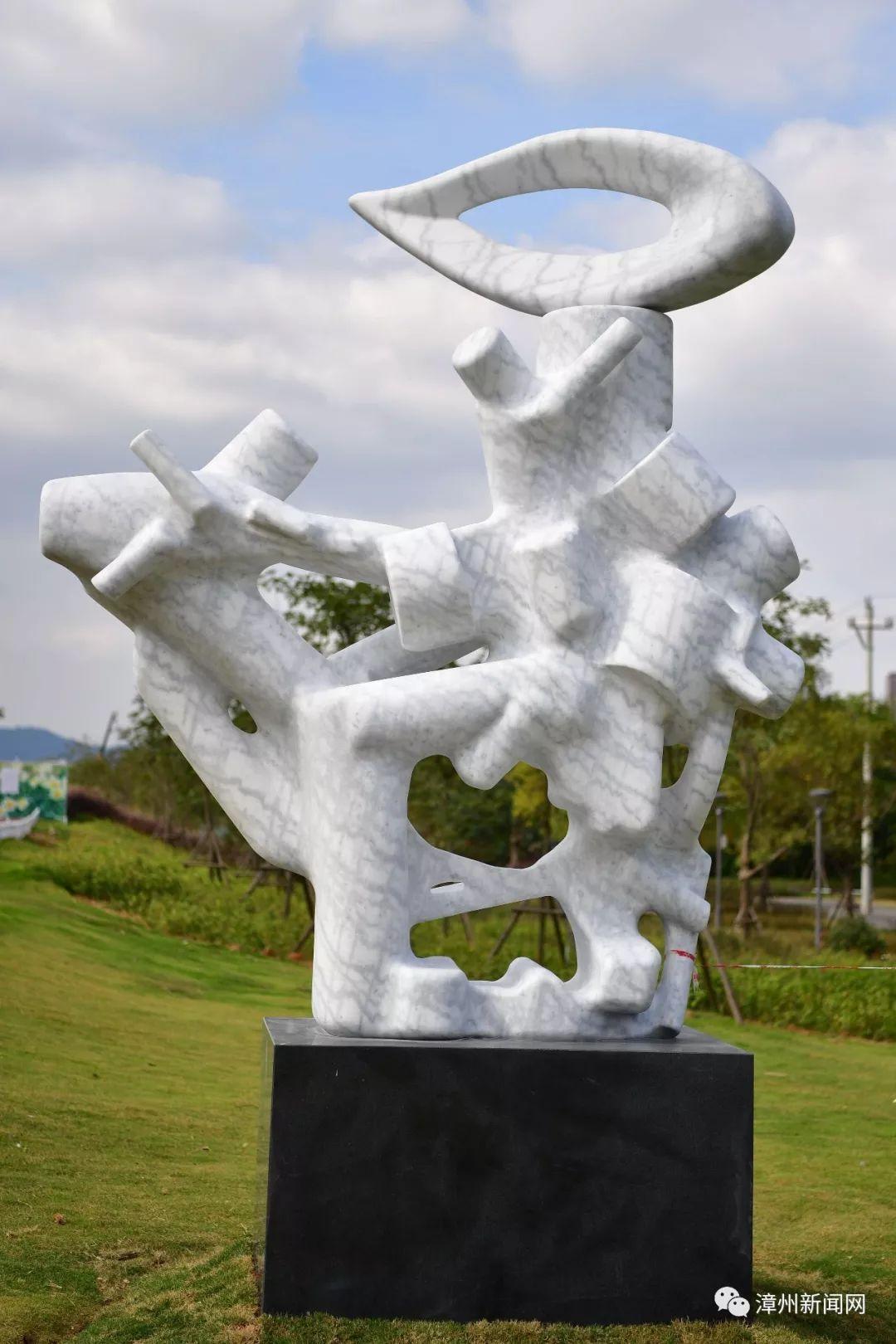 """""""读书顶个鸟用"""" 漳州一雕塑被如此解读引争议--万家热线手机站"""