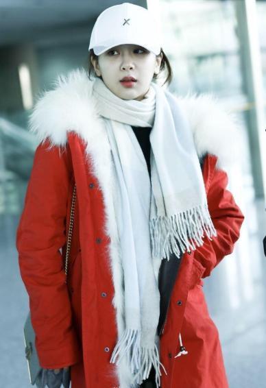 杨紫现身机场,搭配显白颜值创巅峰,却被旁边帅气助理抢了镜!