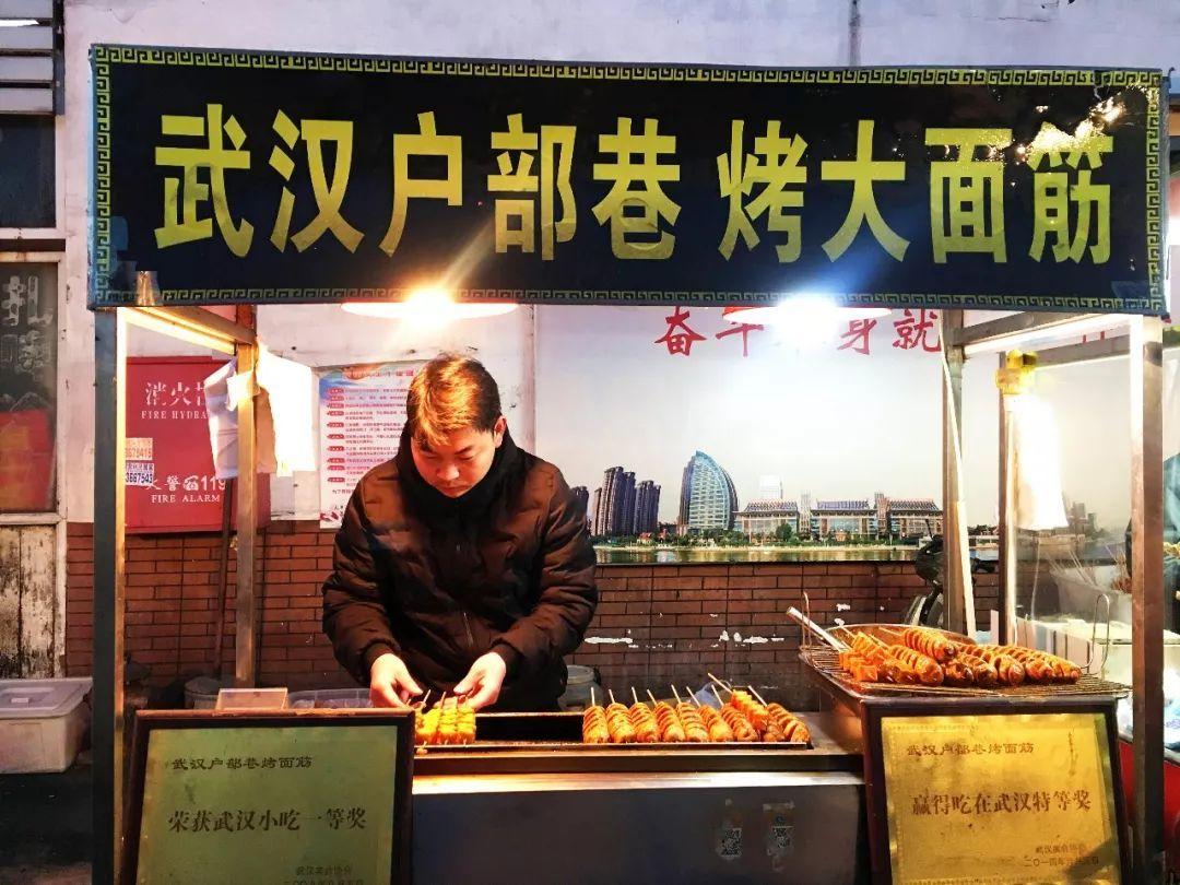 在天津新开的夜市吃户部巷烤面筋,4元超大一根,香香辣辣可...