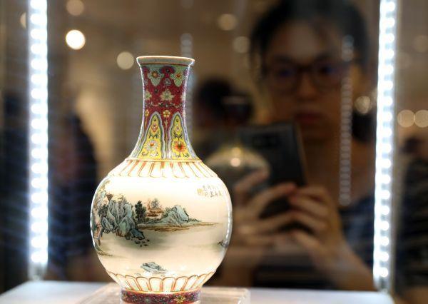 9月27日,不悦目多不雅旁观在香港展出的拍品。当日,佳士得在香港向媒体展现2018秋季拍卖的焦点拍品,包括亚洲20世纪及现代艺术、中国书画、中国瓷器及工艺品、珠宝名外等。(新华社)