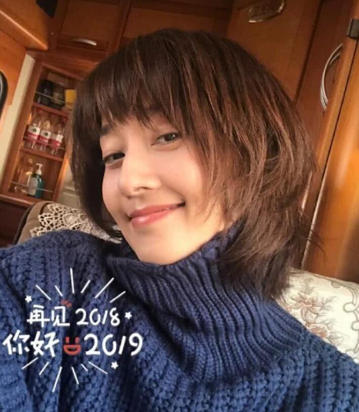 马伊琍从出道到2019,发型换了一款又一款,新年自拍这款最嫩女神图片