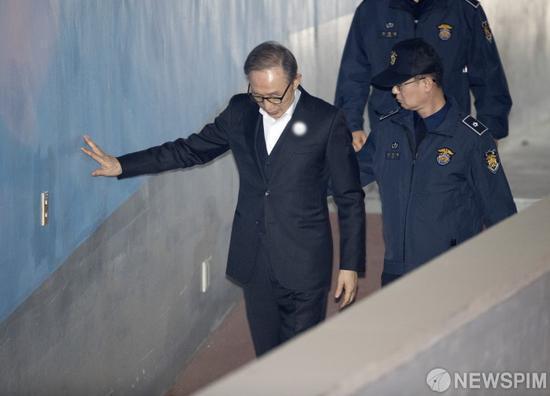 1月2日,李明博出庭受审。(韩媒NEWSPIM)
