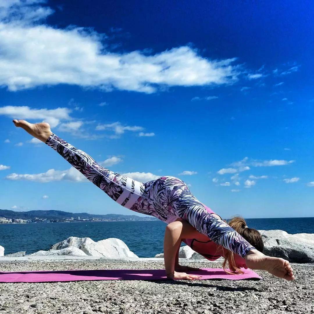 备受喜爱的腰腿拉伸体式,专注身体放松,让你美而有韵味