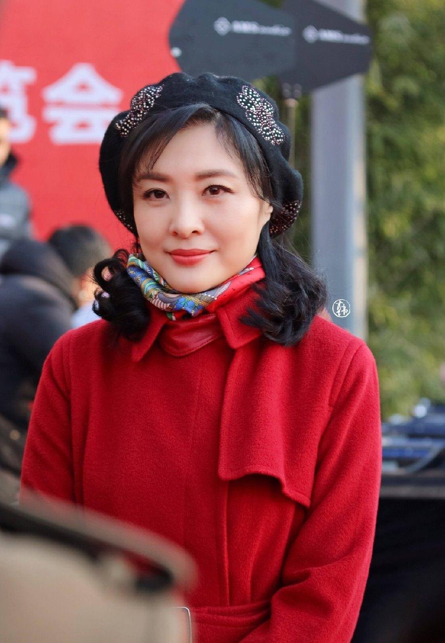 50岁周涛实力演绎女明星寒冷天气的户外穿搭包裹严实照样美如少女